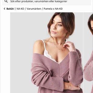 Säljer en stickad tröja i från NA-KD, som är designad av Pamela.  Storlek M, men den är dock stor i storleken!  Nypris:299kr  Använd ca 3 gånger så i bra skick:)