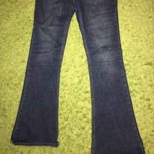 Säljer ett par mörkblåa bootcut jeans från Gina tricot, stl L.  Endast använda 2 gånger, så i bra skick:)  Nypris:399kr