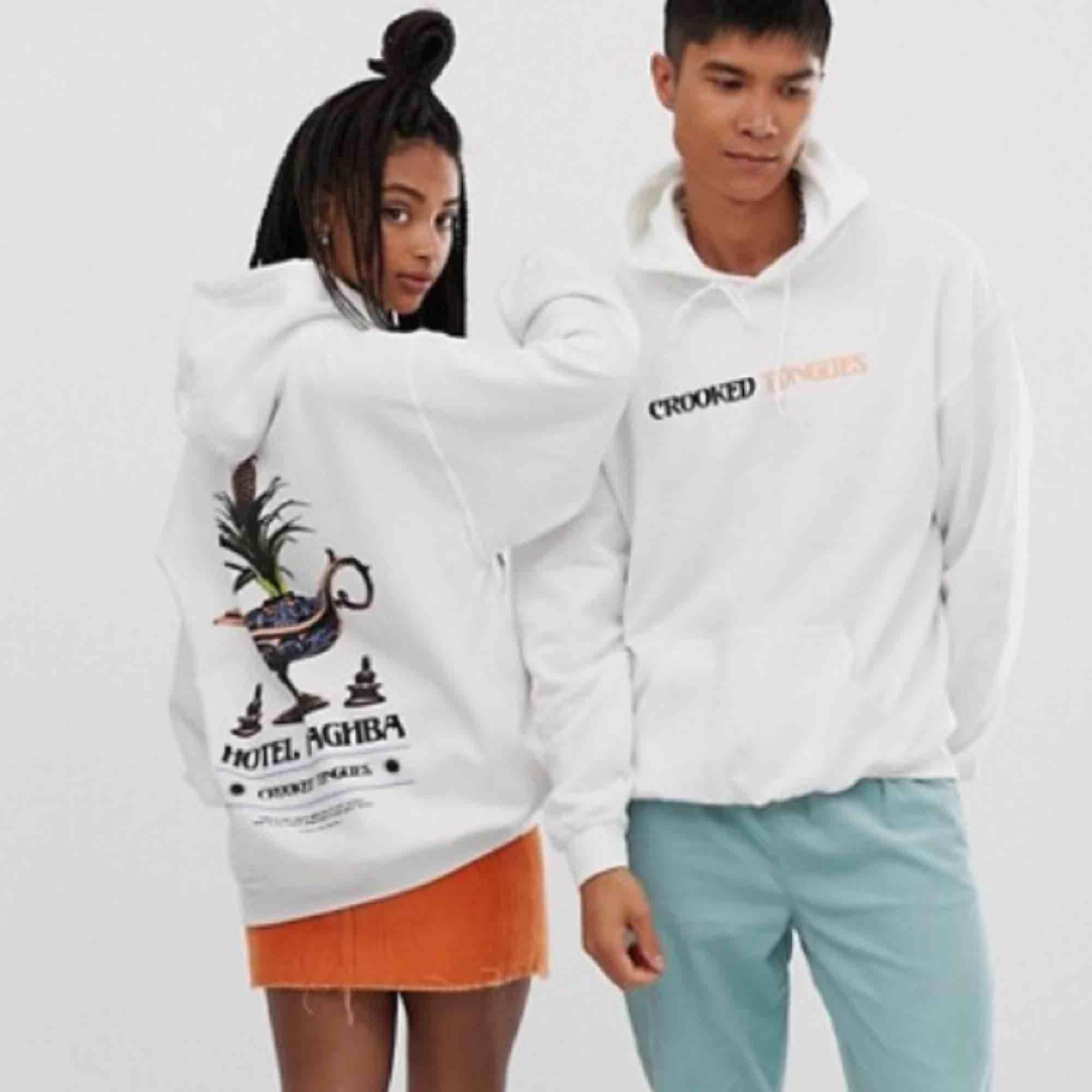Oversize hoodie från crooked tongues, använd fåtal gånger. I jättebra skick! 💕 Fri frakt. Huvtröjor & Träningströjor.