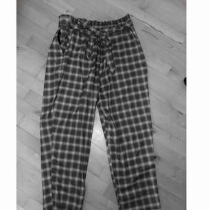Byxor från Monki med knytning i fram. Säljer pga att dem är för stora för mig, därav aldrig använda. 110kr inkl frakt!