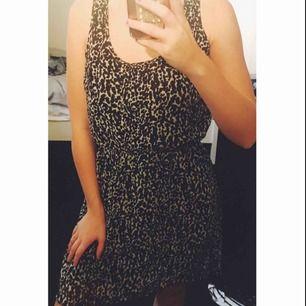 En skön djurmönstrad klänning med underkjol!