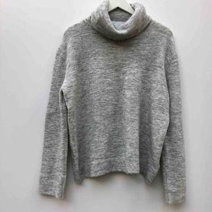 Stickad tröja i storlek M från märket Soaked in luxury.