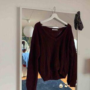 Supersnygg stickad tröja ifrån na-kd i en urringning fram, nypris 299kr mitt pris 150kr.