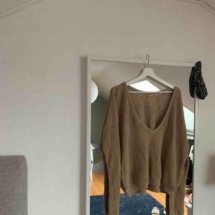 Stickad tröja med urringning bak i ryggen från na-KD, lite nopprig där av att ja säljer den lite billigare men int jätte märkbart. Nypris 299kr