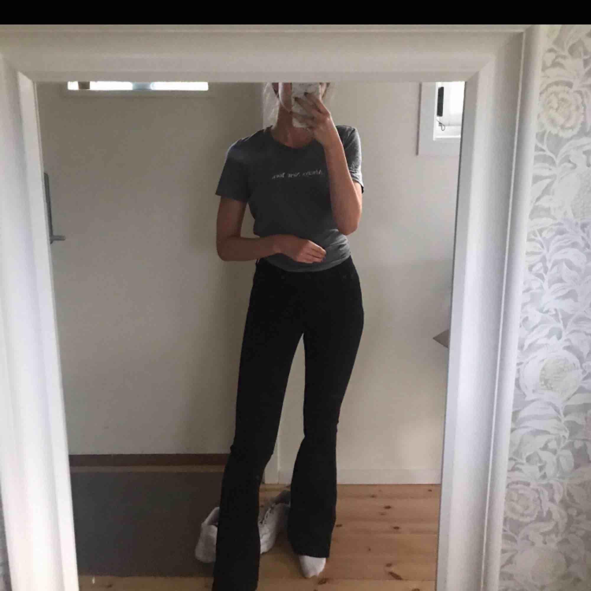 Helt oanvända bootcut jeans i storlek 27 i midjan och 35 i längden. Jeans & Byxor.