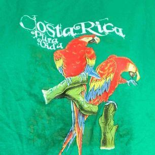 Snygg t-shirt köpt på secondhand. Köparen står för frakten💕