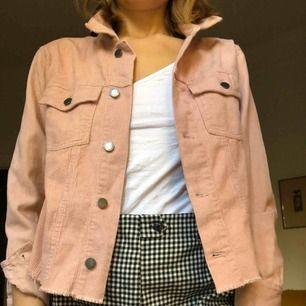 Rosa Manchester/jeansjacka från BOOHOO i strl 38. Säljes pga används inte (använd 2 ggr) Kan hämtas upp på Södermalm eller fraktas (köparen står för kostnaden)