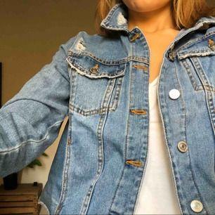 Sliten jeansjacka i storlek L från stradivarius. ALDRIG ANVÄND. Kan hämtas upp på Södermalm eller fraktas (köparen står för kostnaden)