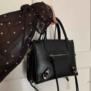 Väska från Nelly! Balenciaga inspirerad, svart fuskläder. I väldigt fint skick och använd fåtal gånger, ett handtag hänger dock lite (det har alltid varit så) medan det andra står upp, inget som syns eller är fult 🧡
