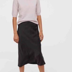 Svart sidenkjol, använd 1 gång! Väldigt fin nu till hösten:) finns spänne i midjan! Vid snabb affär får du kjolen + frakt för 200kr!