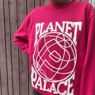 Palace skateboards tröja med planet palace tryck. Helt felfri. Säljer bga för lite användning. Bud är välkomna. Nypris +1000kr