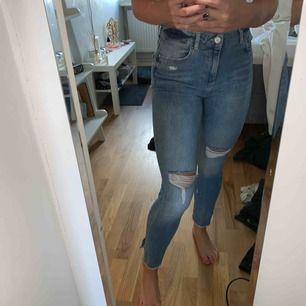 Svin snygga jeans från zara, passar till allt!!!!! Med väldigt snygg detalj nere vid foten!!:) kan frakta men köparen står för frakt