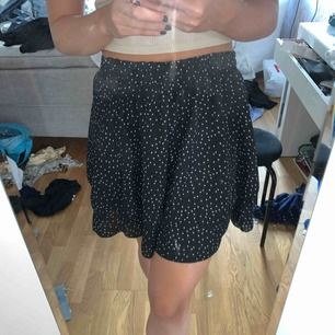 Perfekt prickig kjol till hösten i storlek S/M! Men det är resor i midjan så den passar XS också! Kan frakta men köparen står för frakt