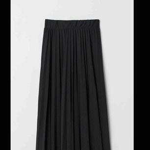 Perfekt kjol till hösten! Aldrig använd!!!!!! Storlek XS, men resor i midjan så skulle säga XS-M! Kan frakta men köparen står för frakt! Vid snabb affär kan priset diskuteras