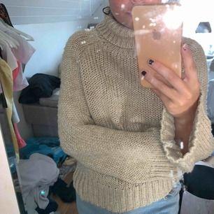 Stickad tröja till hösten! Kan frakta men köparen står för frakt!!:)