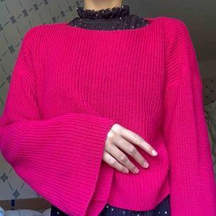 Rosa jättefin stickad tröja från NA-KD! Jätte fint skick och använd bara någon enstaka gång. Vida ärmar och lite kortare i modellen💓 sätt färg på hösten!
