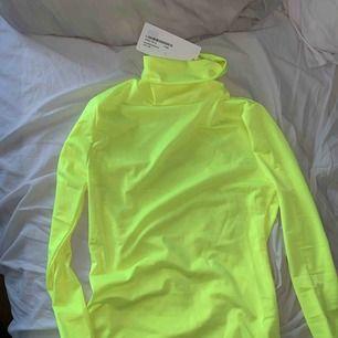 Neon gul polo tröja! Aldrig använd, prislapp kvar! Kan frakta men köparen står för frakt!!:)
