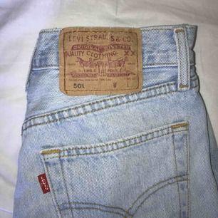 Levis 501, avklippta shorts i strl 25. Sparsamt använda och i väldigt fint skick!