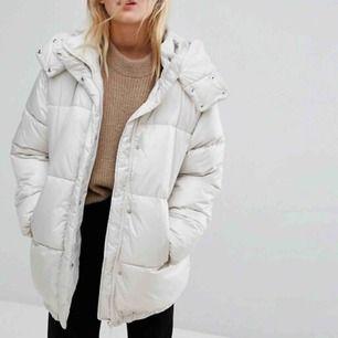 Vit oversized puffer jacka från weekday, perfekt till vintern. Storlek XS men passar upp till M eftersom den är så pass stor i storleken. Nypris ca1000kr. Använd max 10 gånger. Köparen står för frakt:)
