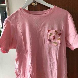 Jättefin tröja från Uniqlo! I princip oanvänd, stryker dessutom självklart innan den säljs :) jättesöta katter på bröstfickan  Möts gärna upp (helst på vardagar) annars står köparen för fraktkostnad!!