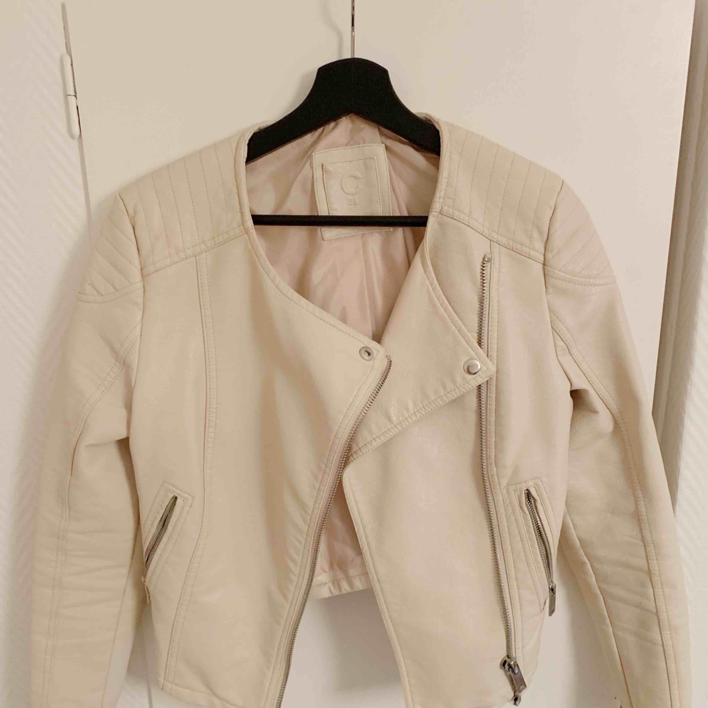 Skin jacka som är använd men är i riktigt bra skick.  Storlek 36/S även XS . Jackor.