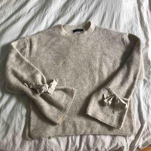Stickad beige tröja med slits på sidorna från Chiquelle! Använd fåtal gånger så rätt bra skick