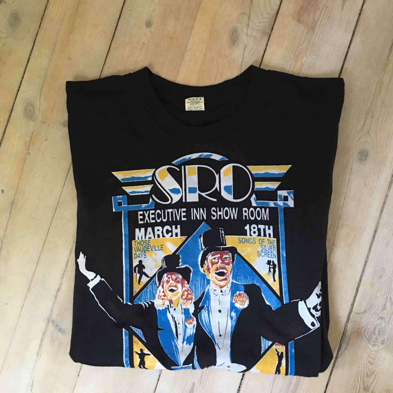 Riktig vintage t-shirt gjord i USA. Står att den är en XL men tycker att den mer sitter som en m-l, den är dock rätt så lång. I mycket gott skick!!. T-shirts.