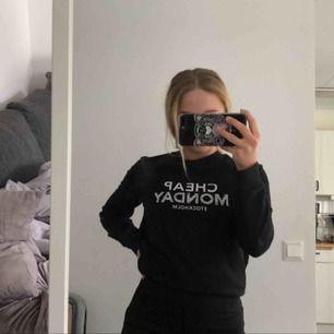Jättefin tröja ifrån Cheap Monday i storlek XS, inte använt mycket (max 3 gånger!!). Frakt tillkommer💕💓💗
