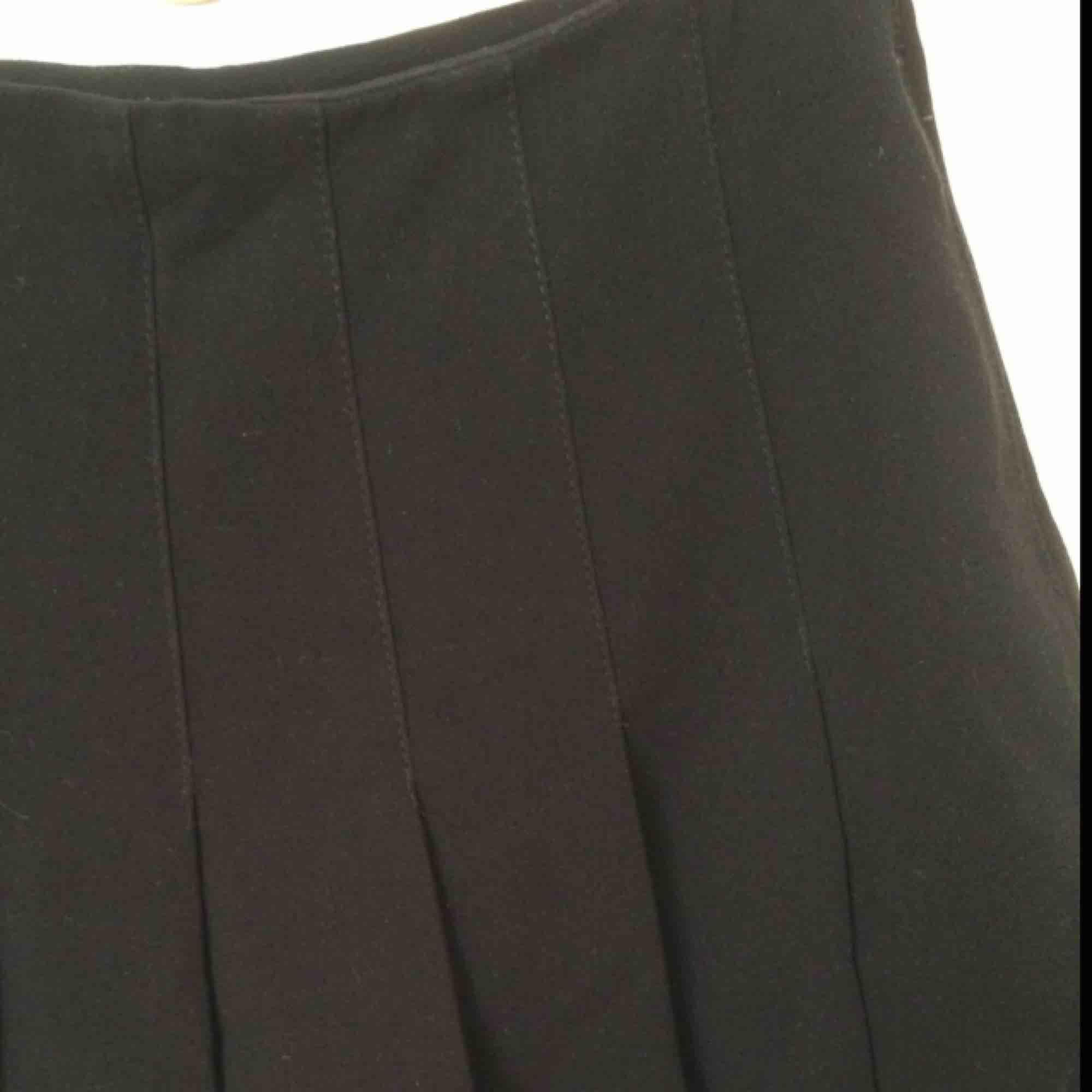 Jättefin plisserad svart kjol🌃 storlek 32/xxs. Kjolar.