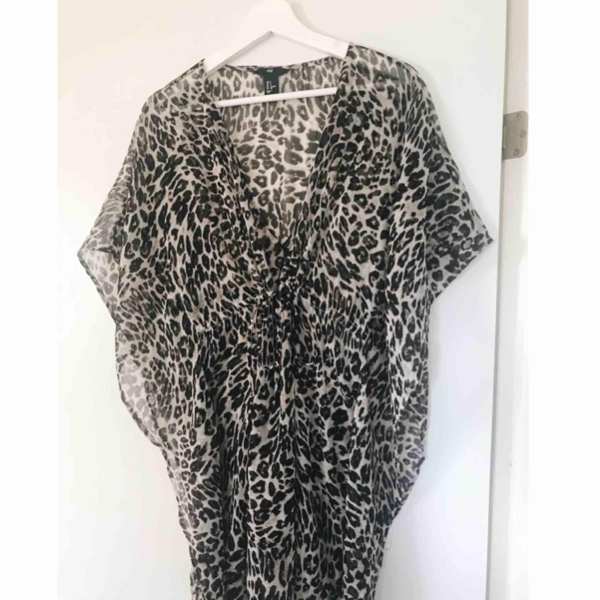 Strandklänning i leopardmönster. Går att knyta under bysten. Från H&M ☀️  Köpare står för frakt. . Klänningar.
