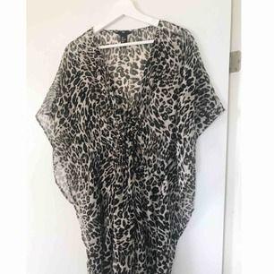 Strandklänning i leopardmönster. Går att knyta under bysten. Från H&M ☀️  Köpare står för frakt.