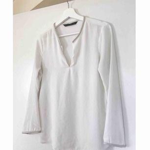 En svart & en vit blus i samma modell, säljer båda för 50 kr. Detaljer av läderimitation i ändarna (hals, nedtill och i ärm). ✨