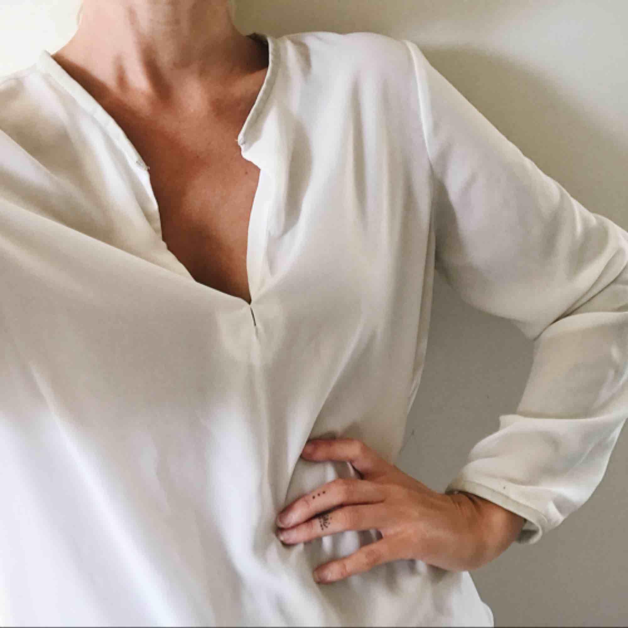 En svart & en vit blus i samma modell, säljer båda för 50 kr. Detaljer av läderimitation i ändarna (hals, nedtill och i ärm). ✨. Blusar.