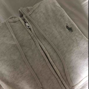 Jätte fin ralph lauren hoodie med slits, däremot är det ett pyttelitet hål i stygnen vid ärmmudden på ena armen, men det syns knappas så därför är tröjan nedsatt i pris💓