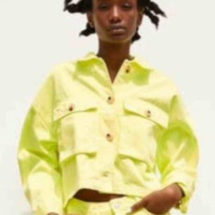 Säljer denna super fina neon jackan från zara . Knappt använd. Skicka meddelande för mer bilder