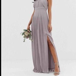 Säljer min älskade balklänning! Säljer den eftersom att den endast hänger i min garderob utan att användas. Klänningen är använd en kväll och är i prima skick. Jag är 172 och den går ner i marken på mig O lite till så man kan ha klackar till den 😊