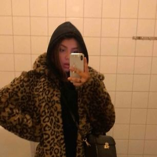 Fake pälsjacka med leopardmönster