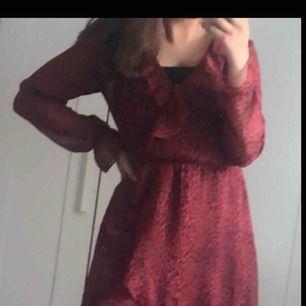Rödleopardklänning