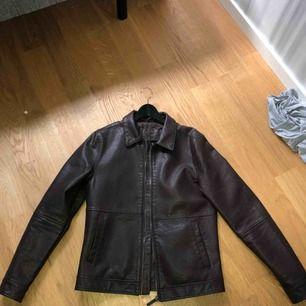 Brun läderjacka, bra kvalitet och använd ca 2 gånger då den bara blivit bortglömd