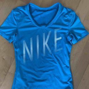 Säljer en träningströja från Nike i fint skick. Har använts 1 gång. Säljer pga att den aldrig kommit till användning. Jag köpte den för ca 250kr och säljer den för 95kr +frakt💕(36kr)