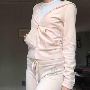 💗90s ljusrosa Juicy Couture mysdress! Köpt från Juicy Couture, bara använd några gånger. Jag (på bild) är 168 cm. Be gärna om bilder på detaljer/märken etc!👼🏼 Frakt tillkommer!