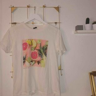 Superskön Tshirt från Gina Tricot! använd endast en gång. Frakten står jag för!