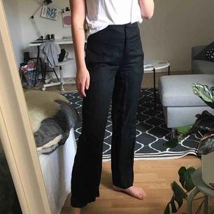 Svarta linnebyxor i kostymmodell. Passar långa!! Bortse skrynklet, de är väldans snygga nystrukna :)