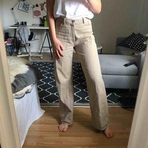Beiga jeans i modellen Yoko från Monki. Mjukt jeanstyg och väldigt bra beige färg. Använda 2 ggr. Skulle säga att de är stora i storleken.