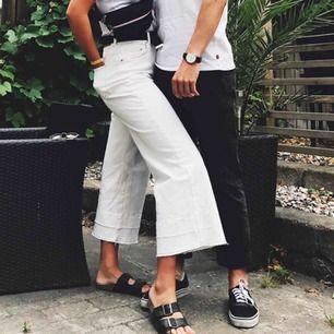 Vita vida jeans med rå kant. Frakt tillkommer 🍒