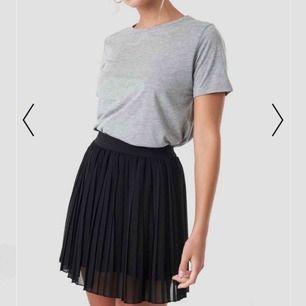 Säljer en nästan helt oanvänd svart kjol från Nakd!💕 Storlek XS, passar som S, jag är 167 cm lång.  Kan mötas upp i Stockholm, annars står köparen för frakt!  149 kr!