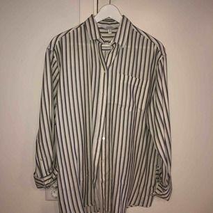 Randig oversized skjorta från andotherstories i färgerna vit/gråblå/senapsgul Aldrig använd