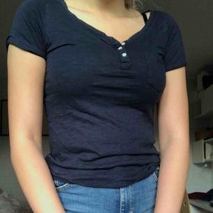 Mörkblå tröja från Hollister i storlek XS men passar även S. Väldigt bra skick. Möts upp i Umeå eller fraktar💕