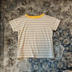 En gul, blå randig zara t-shirt som inte kommer till användning hos mig tyvärr⚡️⚡️ Hoppas någon tycker om den🥰