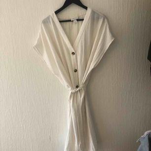 Vit linne-klänning från Monki:) passar från small-large